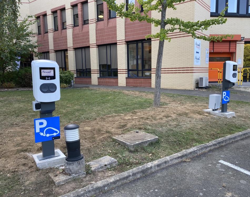 Borne de recharge en entreprise parking